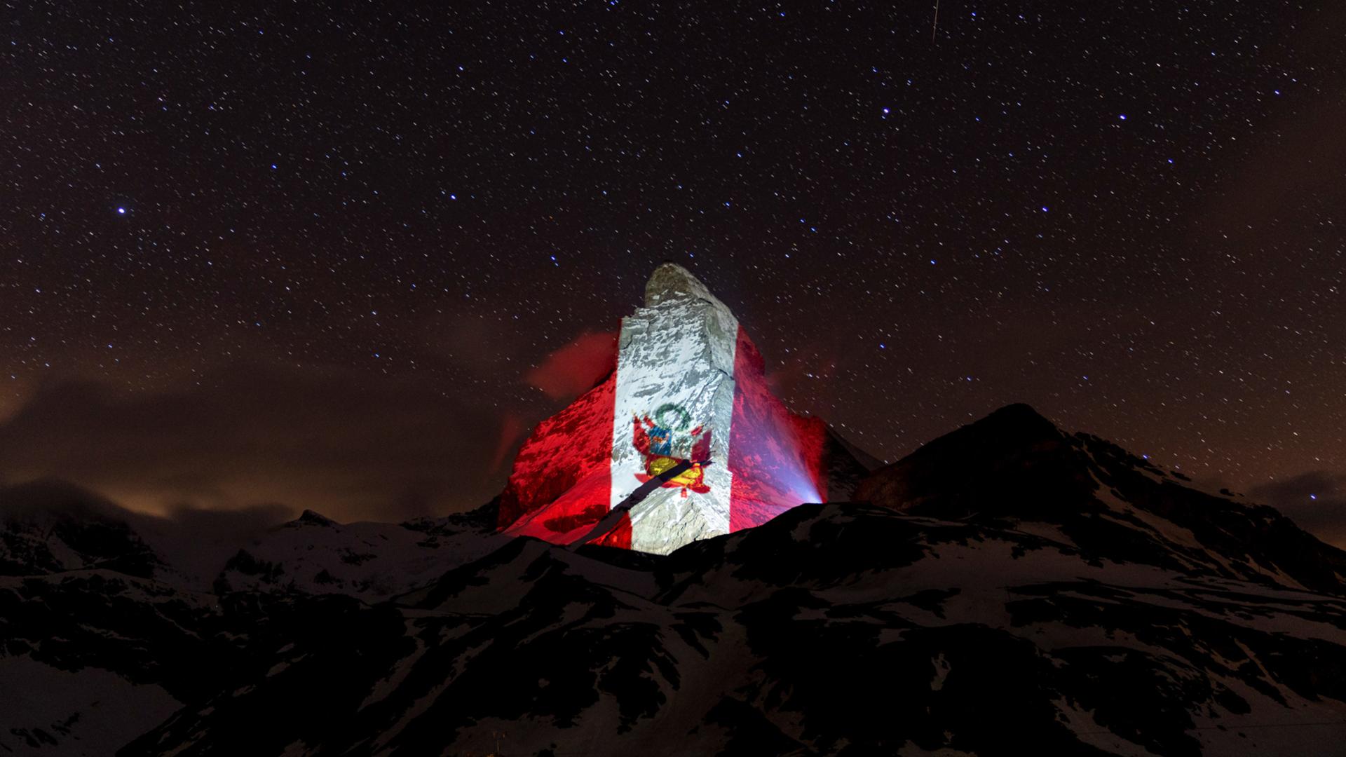 Bandera Peruana Se Luce En Los Alpes Suizos