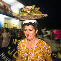 Mujer llevando juane en la cabeza
